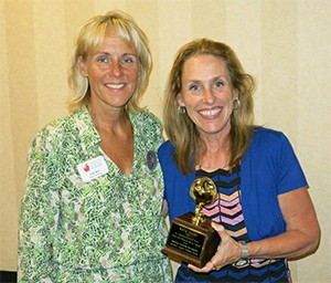 Kelly Munn with her Golden Apple Award (right), with Issaquah Schools Foundation Past President Jody Mull.